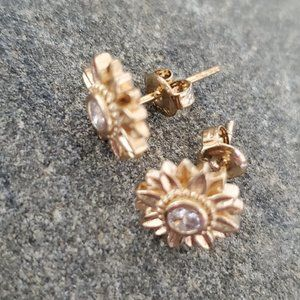 Beautiful Small Gold Foral/Diamond like, Earrings.